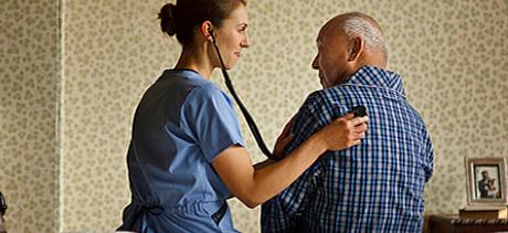 Pfleger und alter Mann